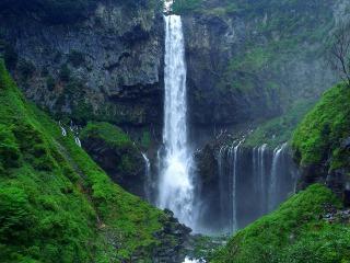 日本三大名瀑の一つ華厳の滝、97メートルを一気に落下します