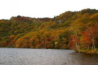 赤城山と大沼に色づく紅葉