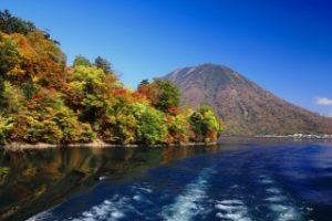 中禅寺湖の紅葉と男体山