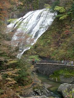 吊り橋から眺める袋田の滝と紅葉
