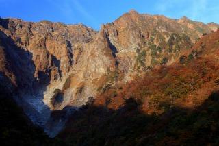 見頃を迎えた谷川岳の紅葉