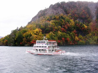 遊覧船から眺める十和田湖の紅葉