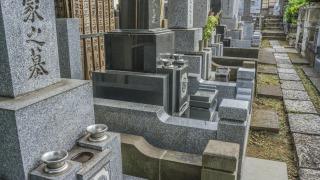 お寺の墓地にお墓が並んでいます