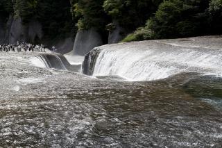 河床を割いて流れ落ちる吹割の滝