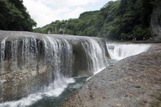 吸い込まれるように流れ落ちる吹割の滝