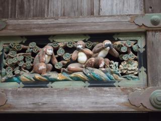 神厩舎の軒下に並ぶ三猿の彫刻