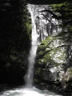 布曳滝、一条の布がひらめくように美しい滝