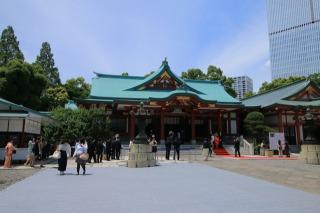 日枝神社の社殿前の広場、右には山王夢御殿が見えます