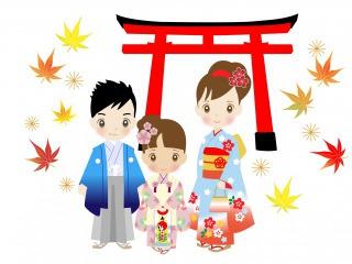 神社の鳥居前に立つ七五三参りの子どもが3人