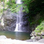 箕面の滝へのハイキング!夏と紅葉時はライトアップ!アクセスはどうする?