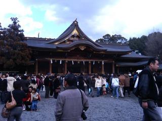 寒川神社の社殿前の広場