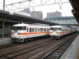 JR東海の電車が停車中