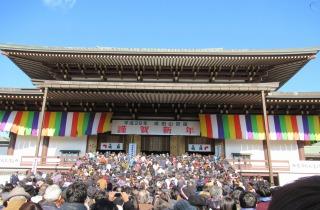 成田山新勝寺の大本堂前。初詣の参拝客で賑わう!