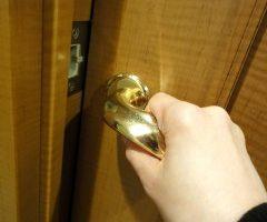 ドア開けて入室します