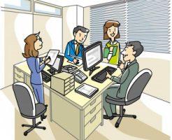自社のオフィスで打合せしている4名の事務員