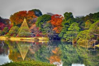 六義園の紅葉と水面に映る紅葉