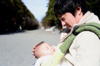 お宮参りでパパが赤ちゃんを抱っこする