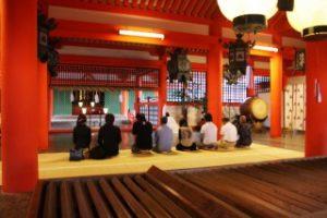 本殿で祈祷が始まります